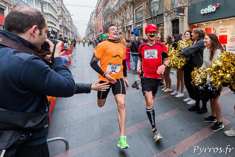 Malgré les 8 kilomètres parcourus certains participants de la course des Bacchantes sprintent avant la ligne d'arrivée