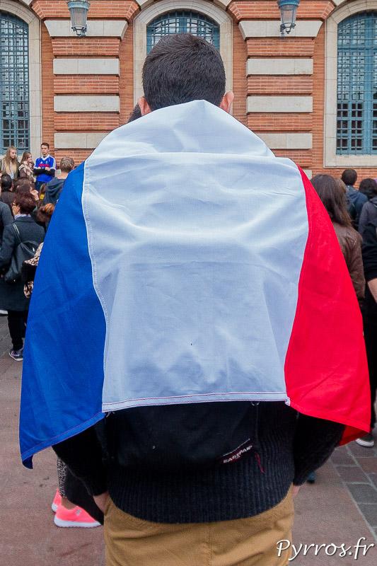 Un toulousain est venu drapé du drapeau tricolore