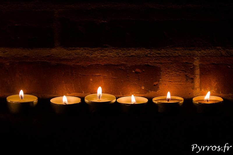 Un alignement de bougies brille au pied du Capitole