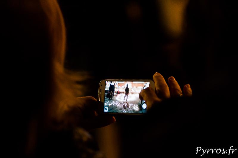 Les toulousains prennent en photos les bougies disposées en hommage au vitimes des attaques terroristes