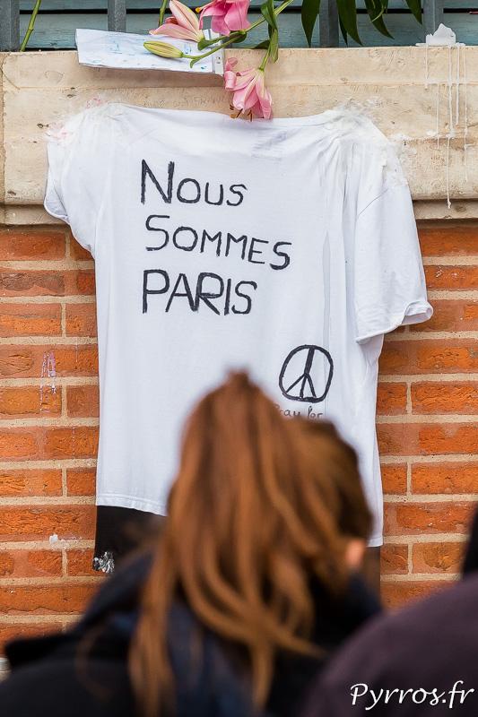 """Sur la façade du Capitole est accroché un tee shirt sur lequel est inscrit """"Nous sommes Paris"""""""