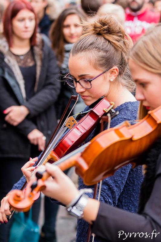 Deux violonistes interprètent une Marseillaise approximative