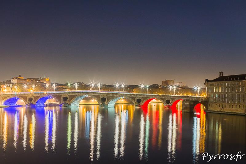 Les Pont Neuf est éclairé de Bleu Blanc Rouge