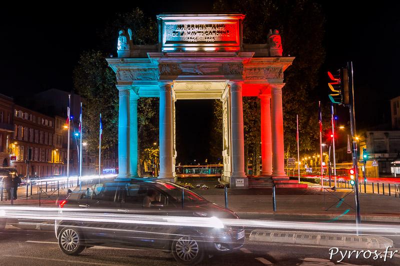 Le Monument aux Combattants de Toulouse est éclairé de Bleu Blanc Rouge