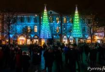 De nombreux toulousains observent la Place Saint George s'illuminer