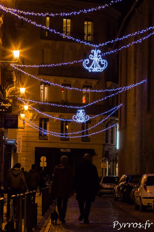 Des guirlandes traversent l'une des rues du centre ville