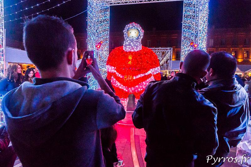 Le Père Noël lumineux est photographié par tous les toulousains qui passent au marché de Noël de Toulouse