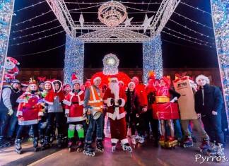 Les patineurs posent au centre du Marché de Noël de Toulouse pour la randonnée des Père Noël de Purpan
