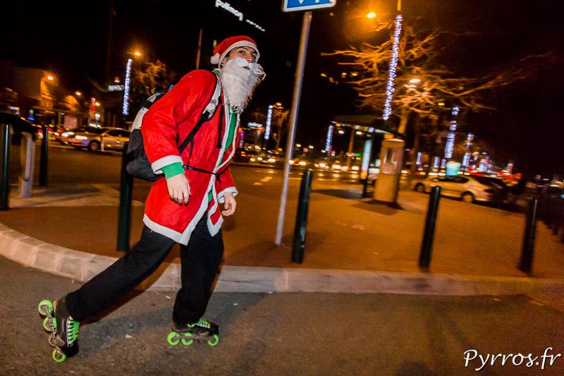 Un des nombreux Pères Noël en roller dans les rues de Toulouse