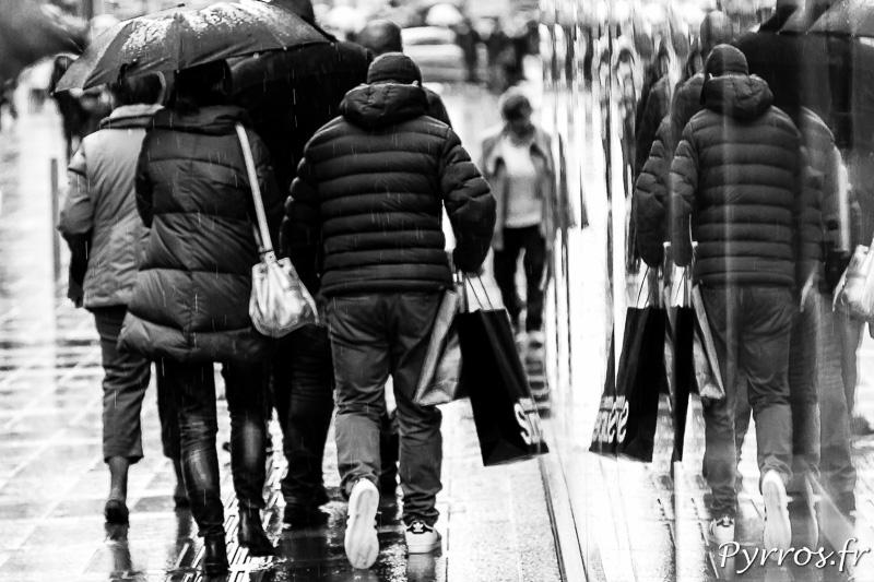 Certains font les soldes sous la pluie