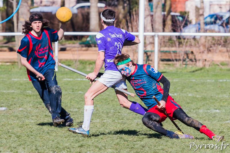 Le joueur de Toulouse Muggle Quidditch résiste à un placage et tente d'éviter un cognard