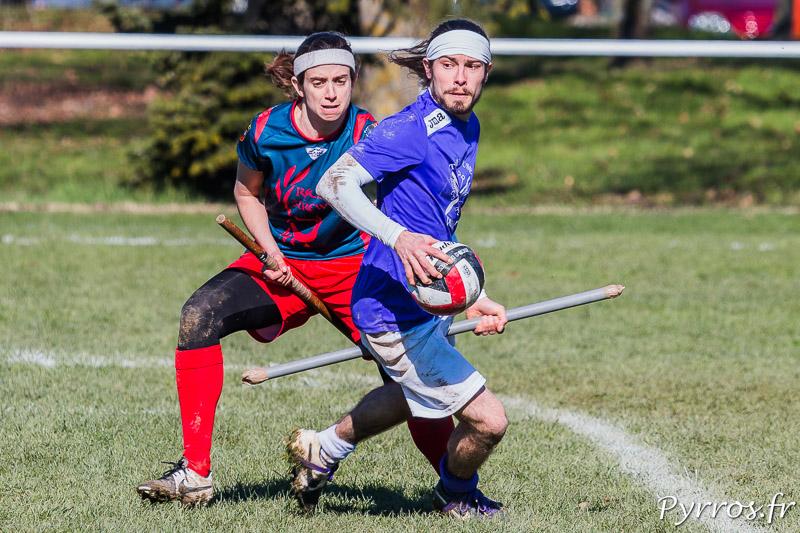 Le joueur de Toulouse Muggle Quidditch cherche une solution sous la pression défensive