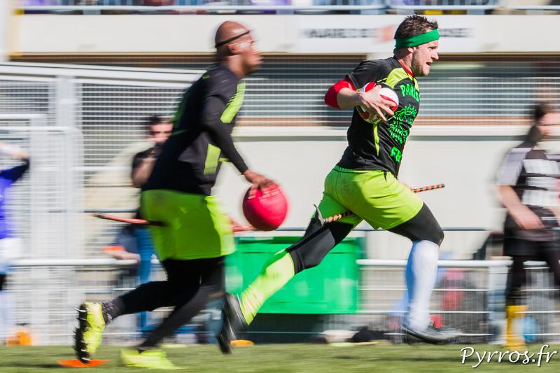 Les joueurs de Paris Frog Quidditch tentent une contre attaque