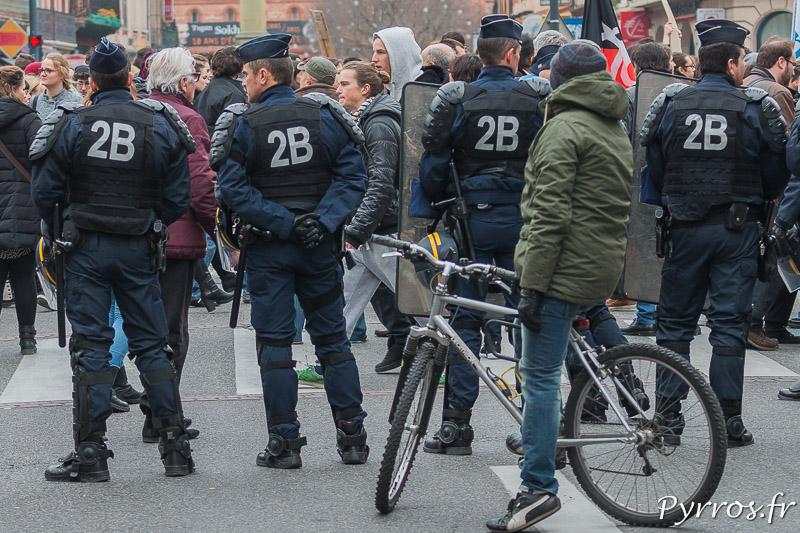 La police bloque l'accès à une rue