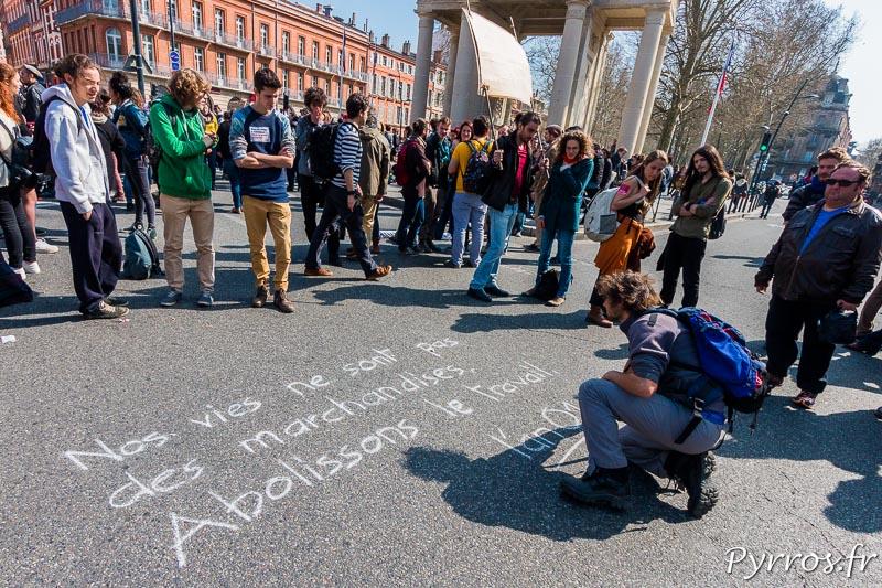 Des manifestants découvre le message inscrit à la craie