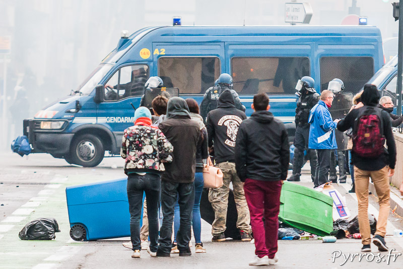 Un petit groupe de manifestants (casseur ?) a renversé des poubelles sur les allées Charles de Fitte