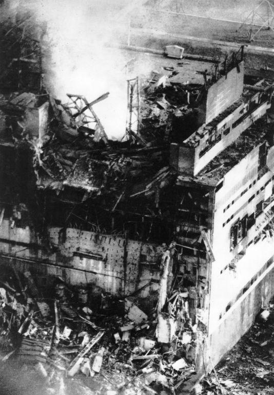 Le réacteur numéro 4 de la centrale nucléaire de Tchernobyl est éventré après avoir explosé photo : Anatoly Rasskazov