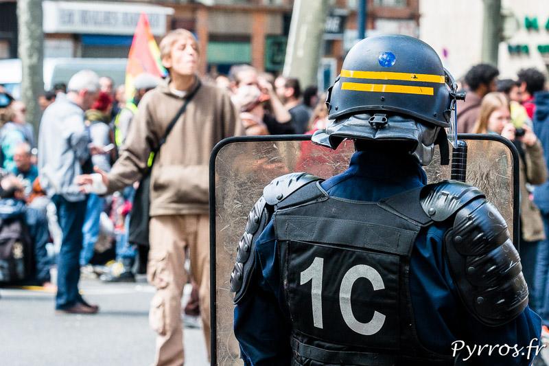 Un manifestant tente de discuter avec les forces de l'ordre