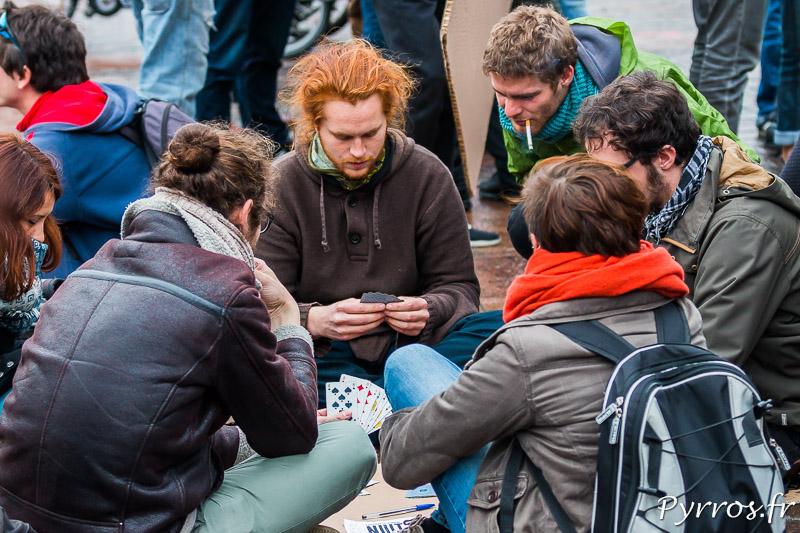 Pendant les débats certains jouent aux cartes
