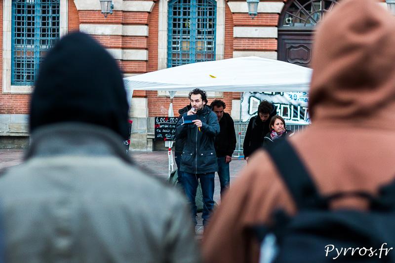 Les participants n'ont que 2 minutes pour s'exprimer, ils préparent parfois leur intervention en la griffonnant sur un carnet