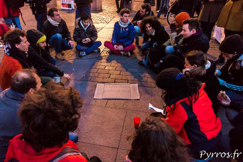 Discussion en petits groupes lors de la Nuit Debout