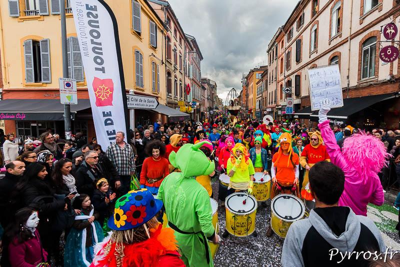 Une Batucada ouvre le cortège qui mène Madame Carnaval au bucher