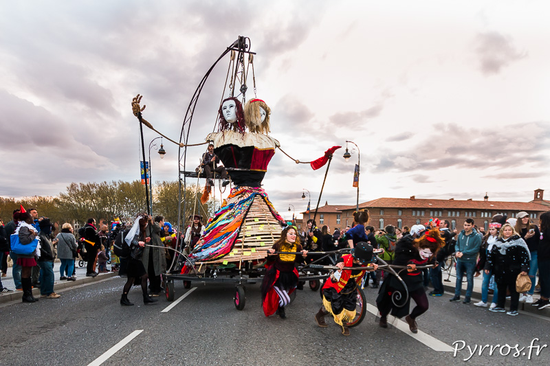 Les char de Madame Carnaval est poussé par de nombreux volontaires