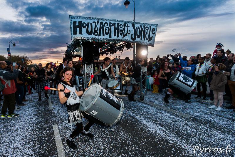 Houbasphalt Jungle un char poussé par les musiciens