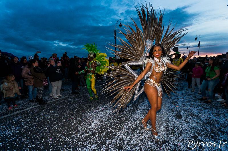 Certains costumes sont imposants, ici une danseuse de Meu Brazil