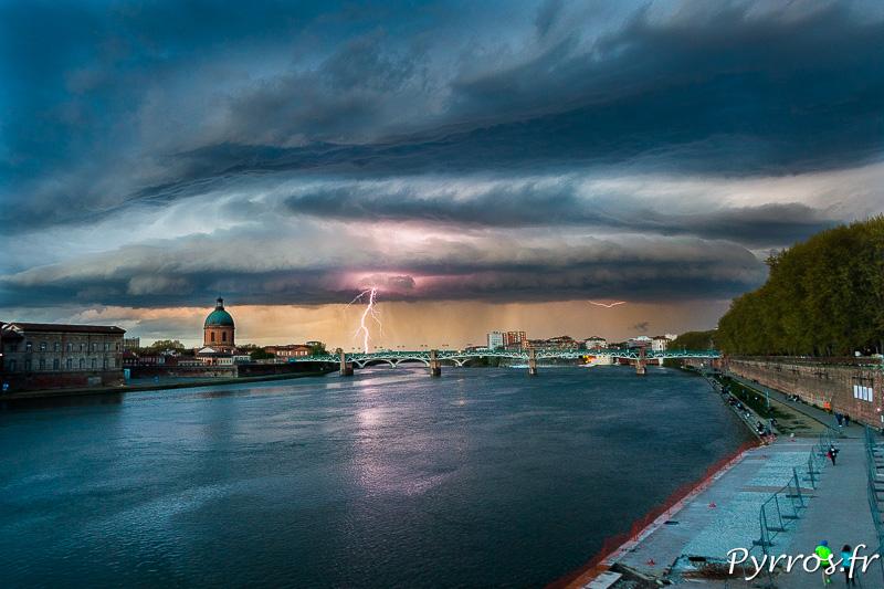 Sous un Arcus (nuage) un impact de foudre ramifié tombe à côté du dôme de La Grave à Toulouse