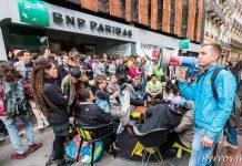 Installés devant la banque les manifestants prévoient de rester jusqu'à la fermeture de l'agence