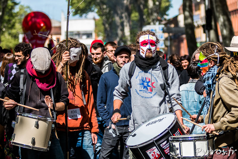Des manifestants masqués donnent le rythme