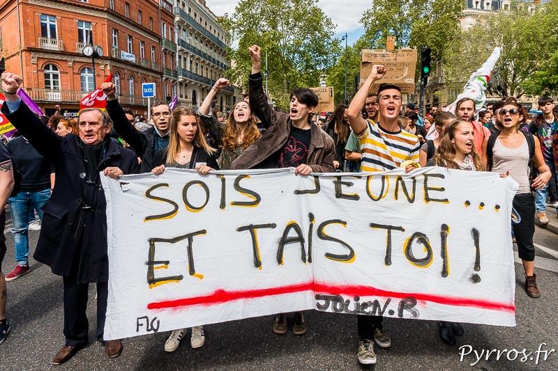 Un petit groupe de lycéens et étudiants étaient présent à la manifestation contre la loi travail