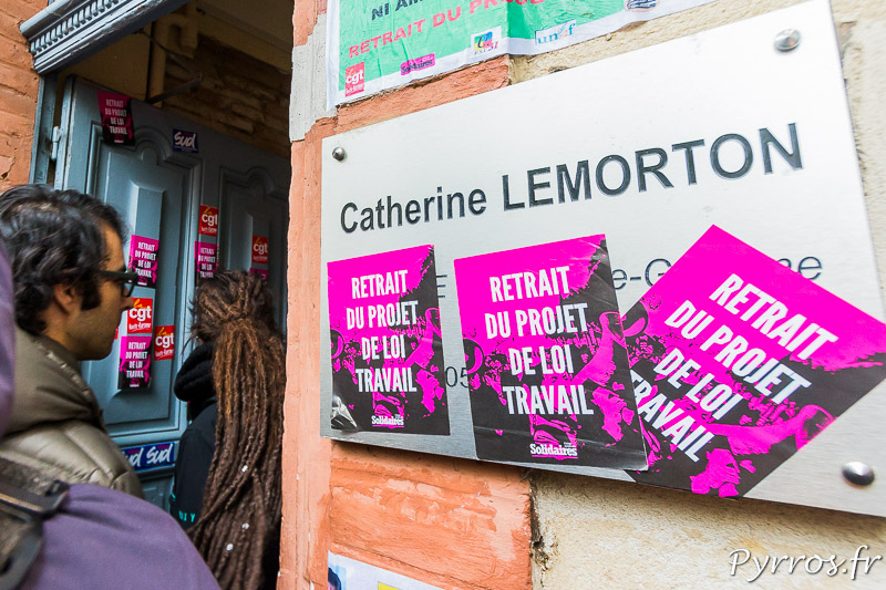 Autocollants collés sur la plaque de la permanence parlementaire de Catherine LEMORTON