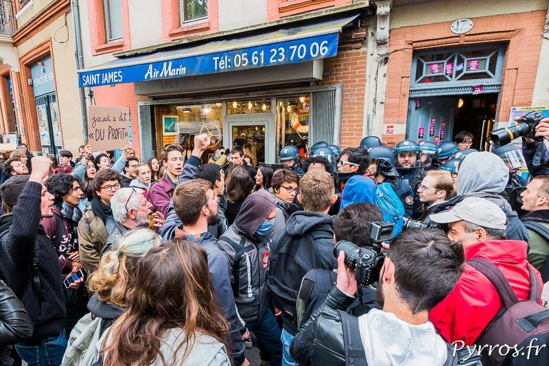 Les CRS repoussent les manifestants à l'entrée de la permanence parlementaire de Catherine LEMORTON