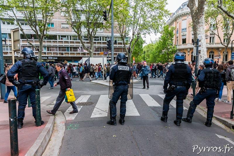 La police surveille les manifestants