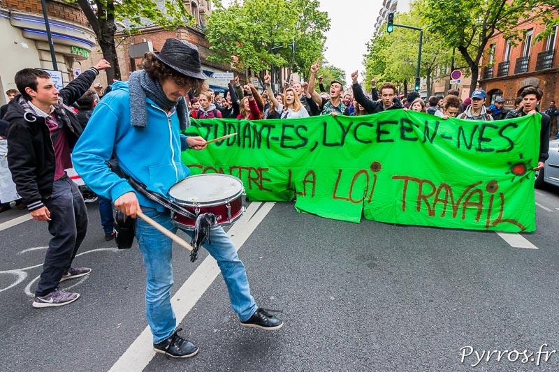 Derrière une banderolle lycéens et étudiants scandent des solgans contre la loi travail
