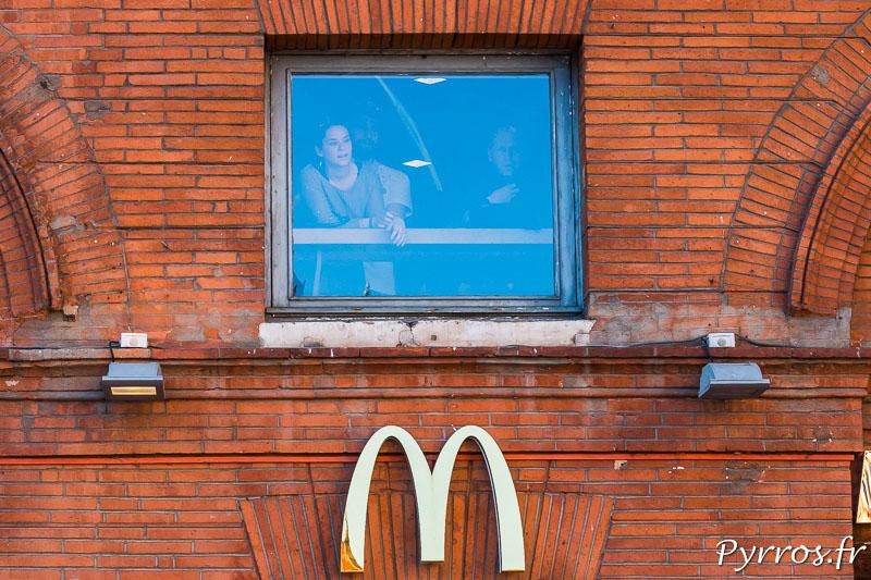 Des manifestants sont aux fenêtres du Mac Donalds du Capitole