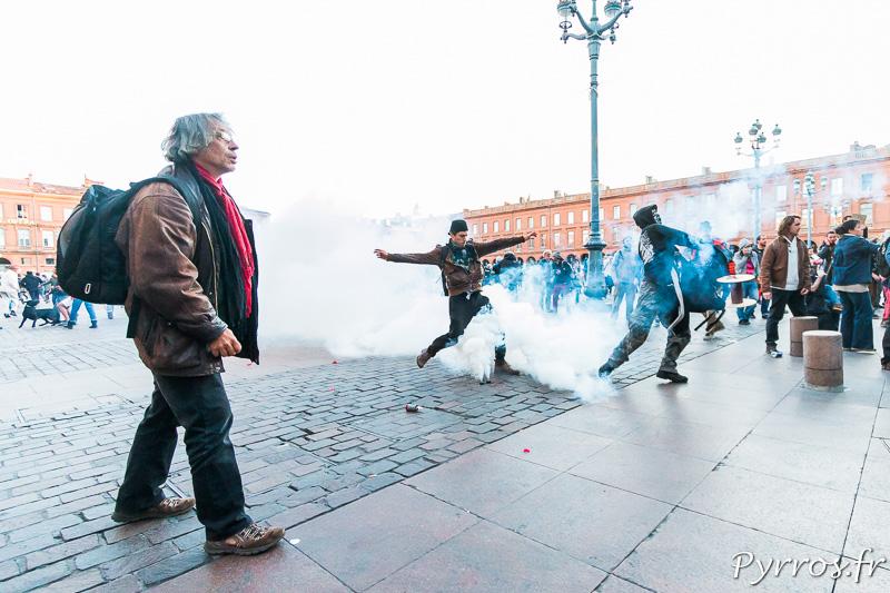 Des manifestants tentent de renvoyer les grenades lacrymogènes