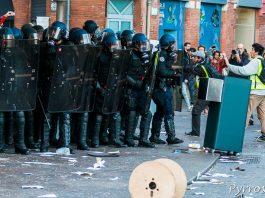 Altercation entre manifestants et force de l'ordre devant le Mac Donalds du Capitole