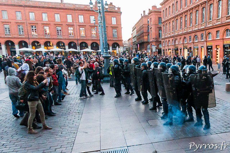 Les policiers avancent sur la place du Capitole face aux manifestants