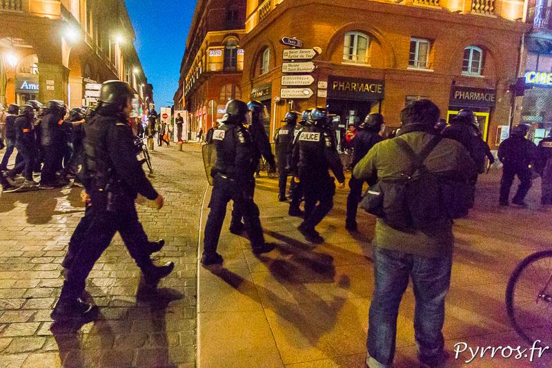Les forces de l'ordre suivent les manifestants qui se dirigens vers le commissariat central