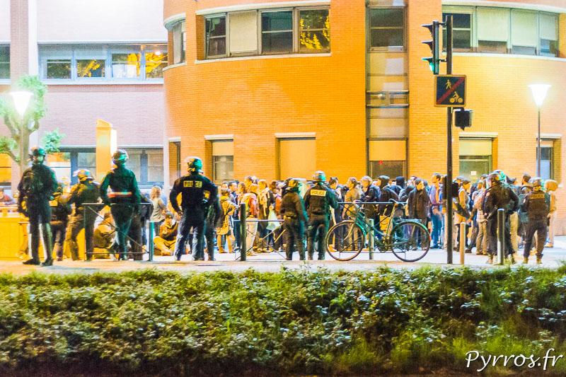 Les manifestants devant le commissariat central sont encadrés par les forces de l'ordre