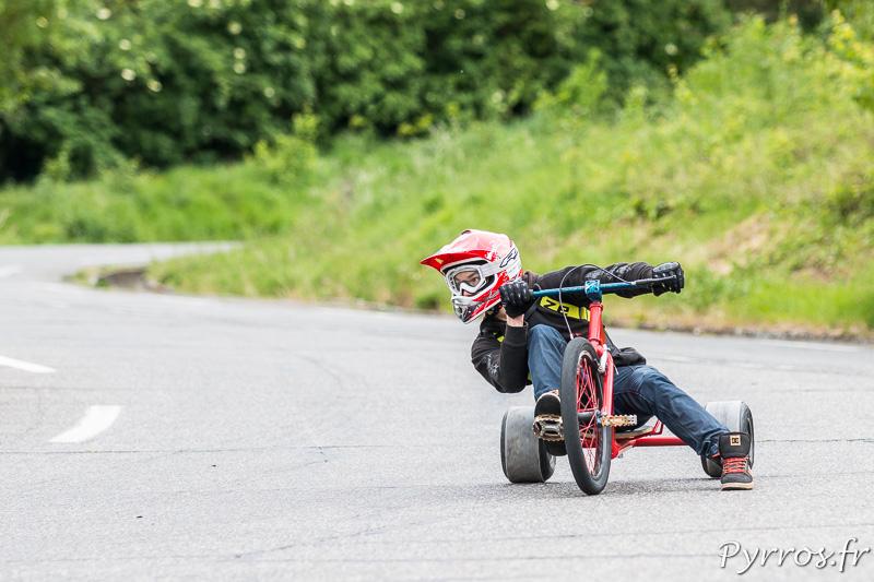 Pour prendre une meilleure trajectoire ce pilote de street sleds pose un pied au sol en guise de frein