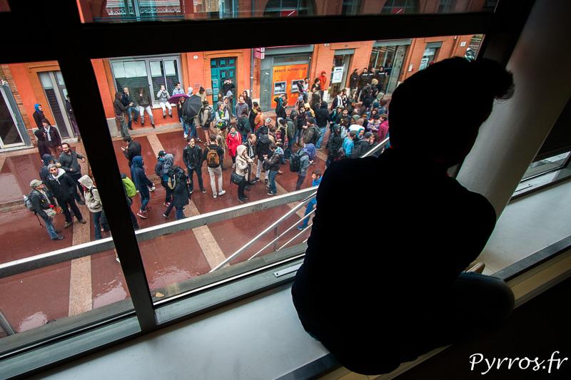 Depuis leurs fenêtres les toulousains observent les manifestants du collectif y'a pas d'arrangement