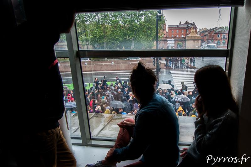 Depuis leurs fenetres les toulousains observent les manifestants