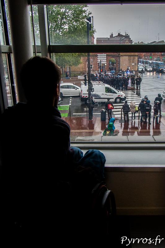 Depuis leurs fenêtres les toulousains observent l'arrivée des gendarmes mobiles sur le carrefour Saint Cyprien à Toulouse