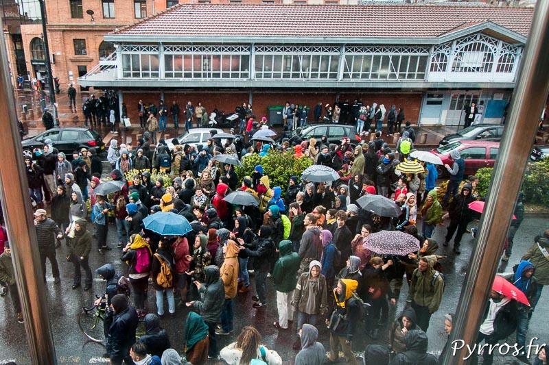 Les manifestants encercle la maison de la citoyenneté