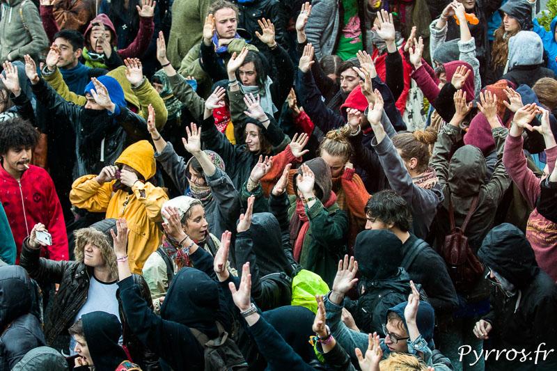 Face aux forces de l'ordre les manifestants du collectif y'a pas d'arrangement lèvent les mains