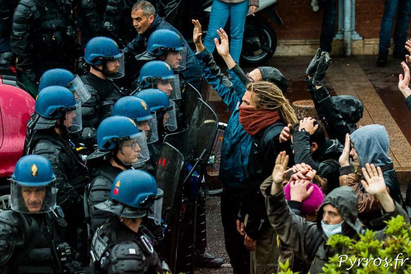 Dans le calme les manifestants sont repoussés par les forces de l'ordre